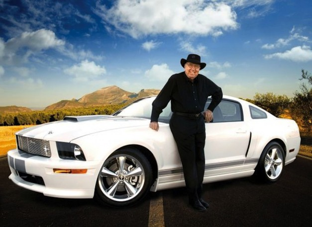 Carroll Shelby in front of modern GT350 Mustang