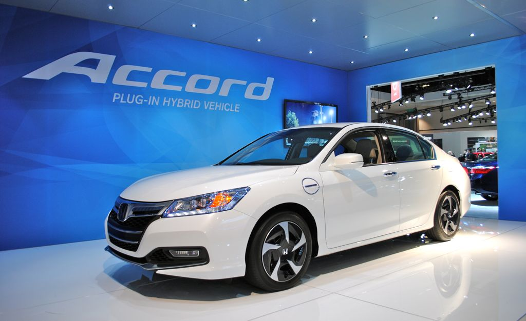 2012 la 2014 honda accord plug in hybrid front 7 8 view egmcartech. Black Bedroom Furniture Sets. Home Design Ideas