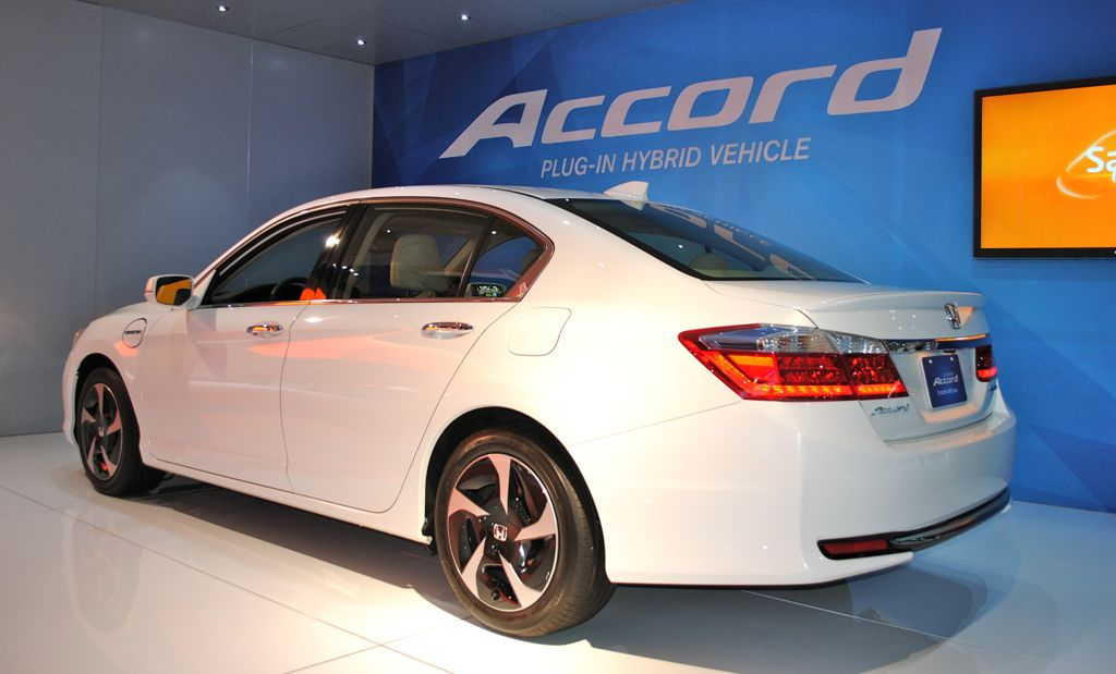 2012 la 2014 honda accord plug in hybrid rear 7 8 view egmcartech. Black Bedroom Furniture Sets. Home Design Ideas