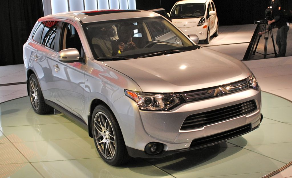 2012 LA: 2014 Mitsubishi Outlander Front Top View