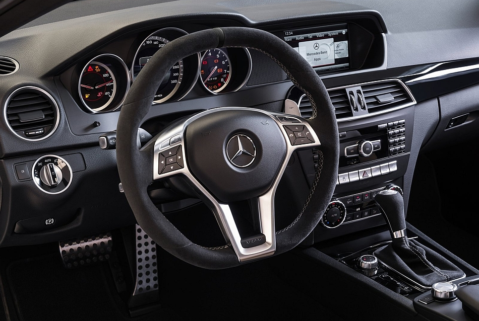 Yugo Koral in 2007-elektronski Km sat i obrtomer - Page 3 2014-Mercedes-Benz-C63-AMG-Edition-507-Driver-Side-Dash