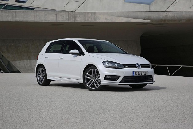 2013 Volkswagen Golf R-Line Package Front 3-4 Left