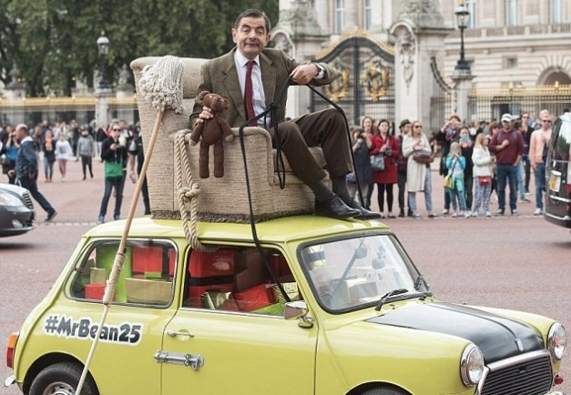 Offbeat: Mr. Bean celebrated 25th anniversary by arriving outside Buckingham Palace atop his Mini w/ video