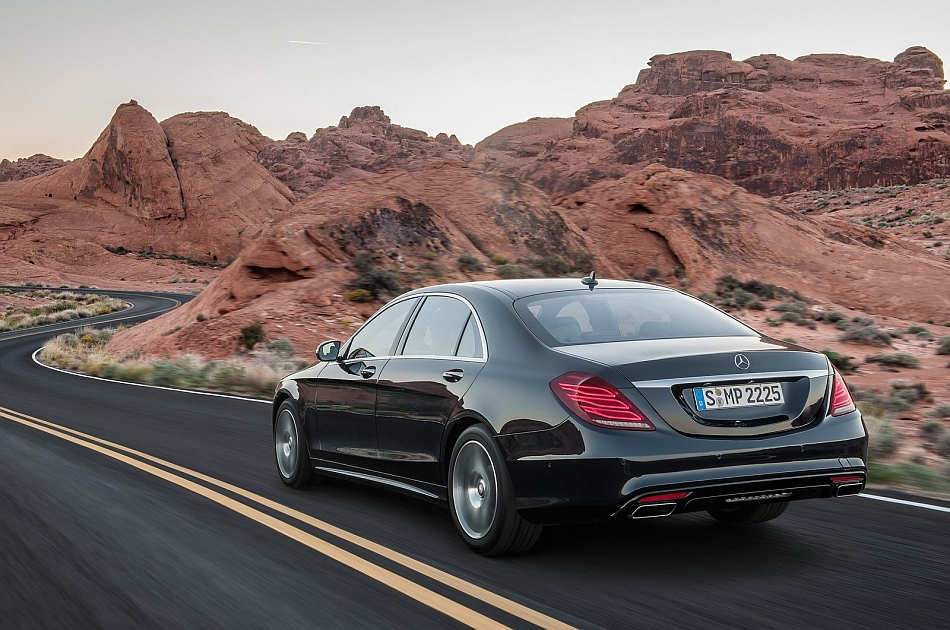 2014 Mercedes-Benz S-Class Rear 7-8 Left Cruising